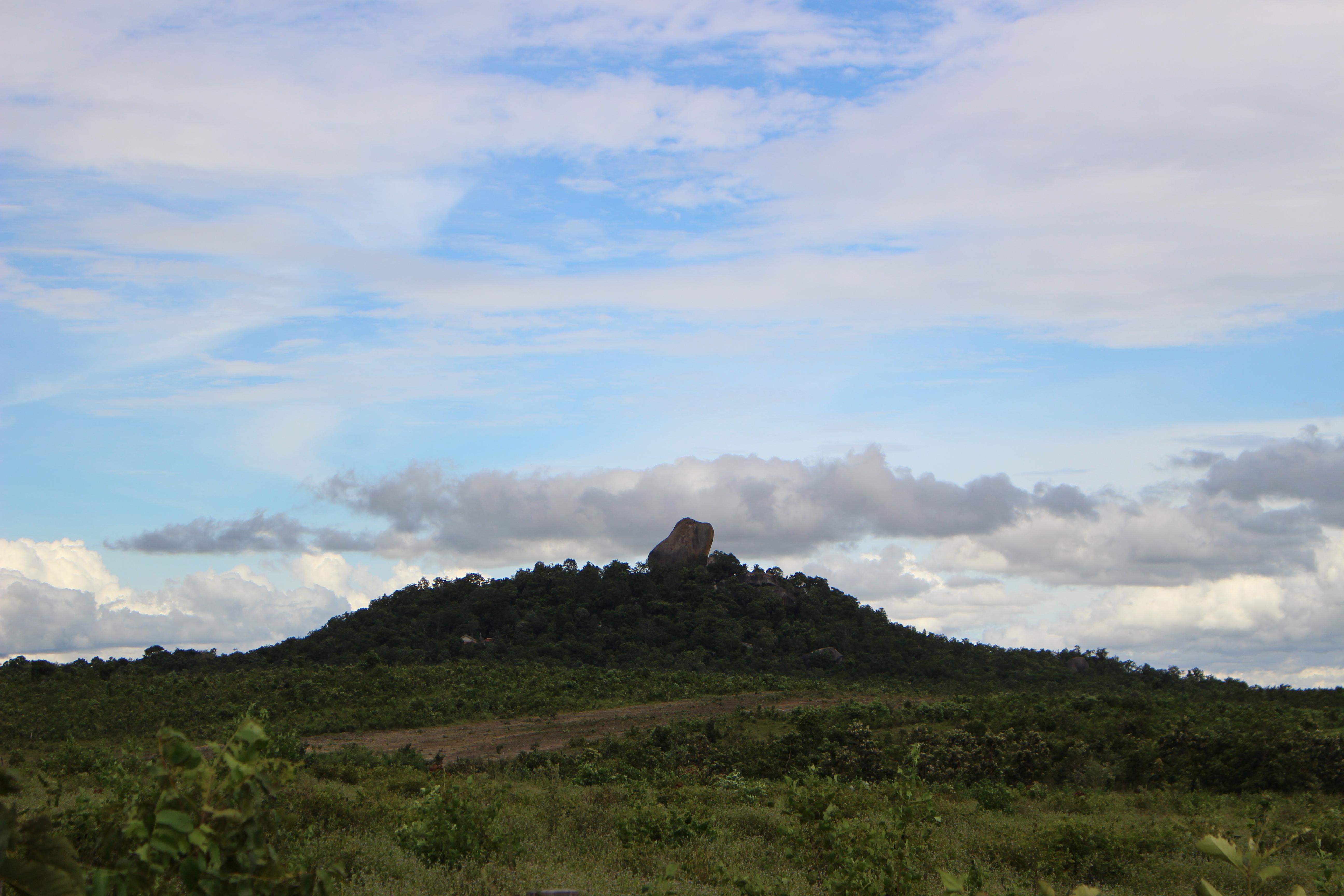 古来から人々を見守り続けてきた巨石山 <カンボジア・フォトさんぽ>