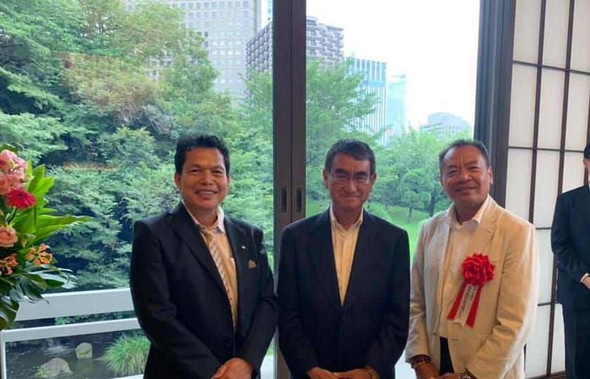 表彰式にて、CCJ理事長の楠木さん(右)、元理事長の伊佐さん(左)、河野外務大臣(中央)