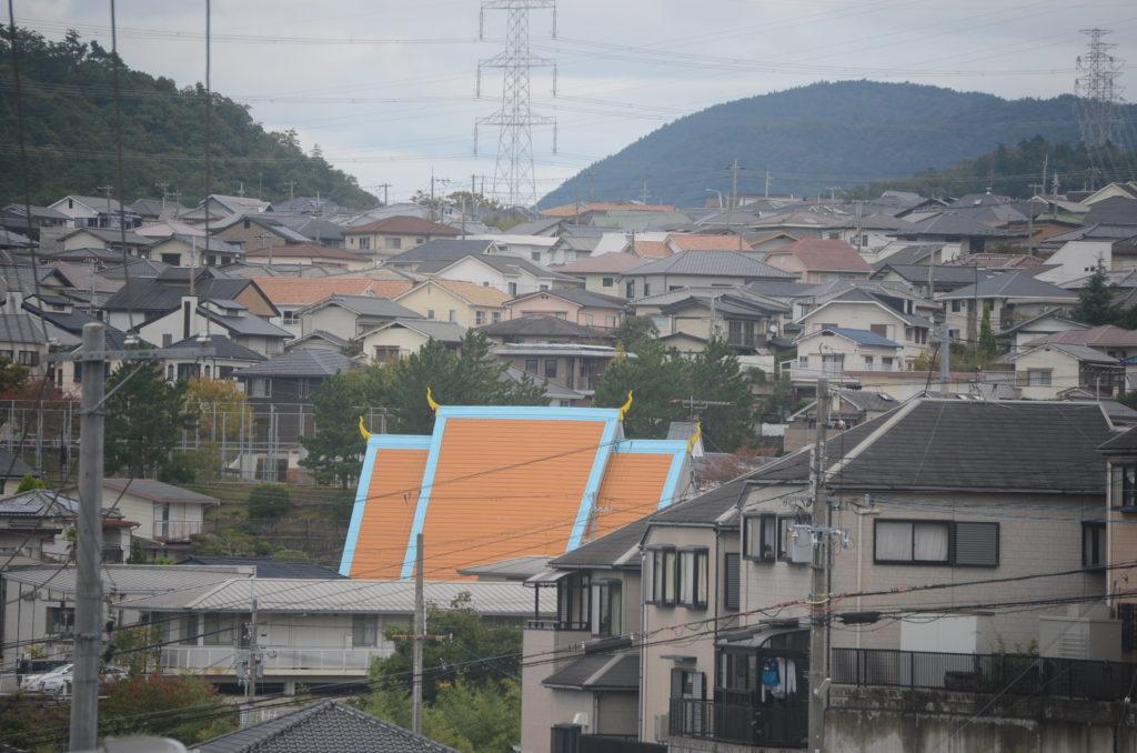 広陵町の町並みの中にたたずむオレンジの三角屋根