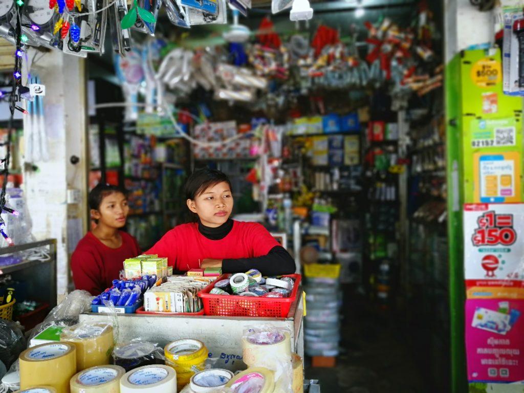 町の電気店で働く、バイヨン中学校を退学した少女 2 人