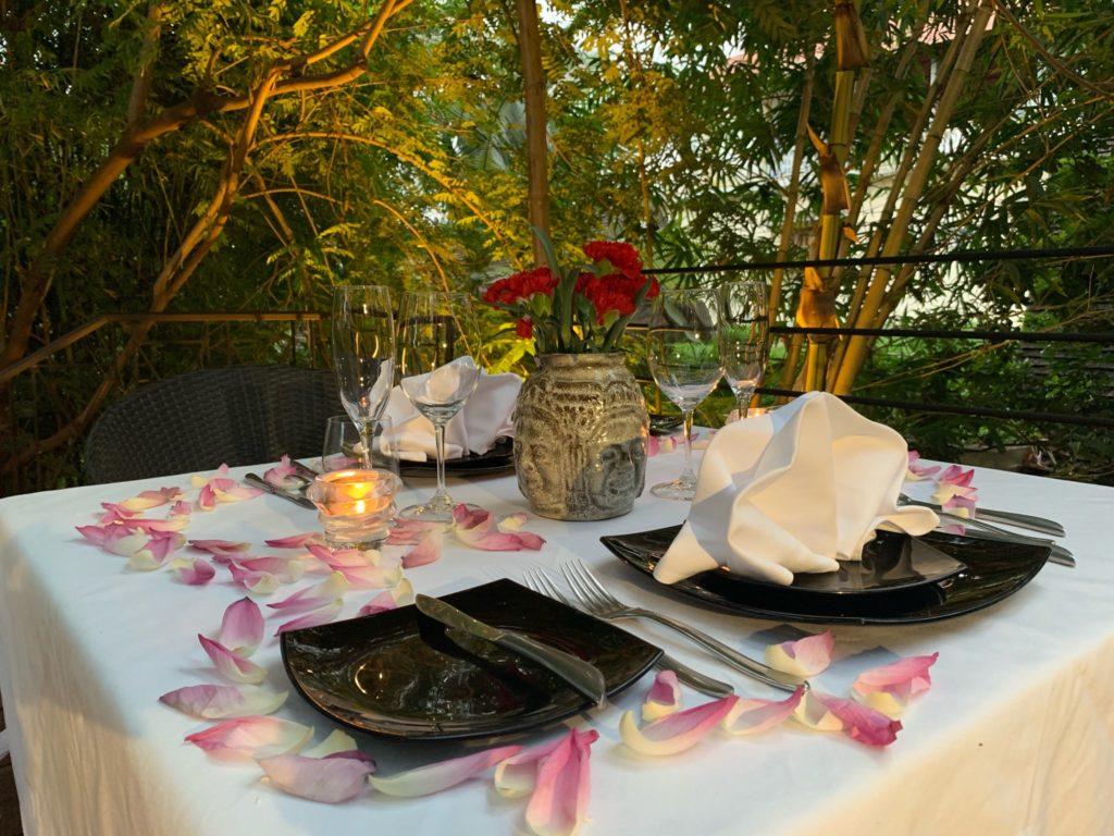 テーブ ルを彩る花びらとキャンドル