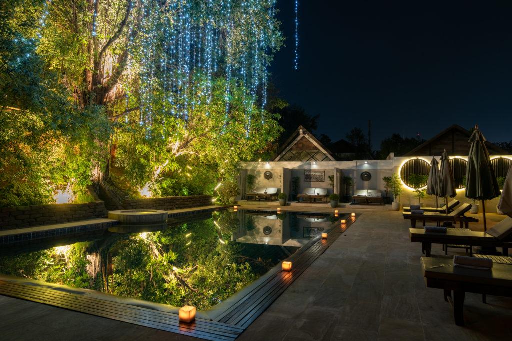 夜は明かりも灯り、さらにロマンチックな雰囲気の プール