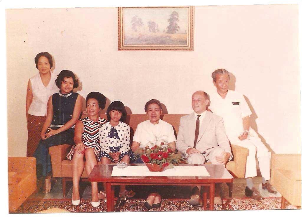 シソワット・コソマ女王(右から 3人目)