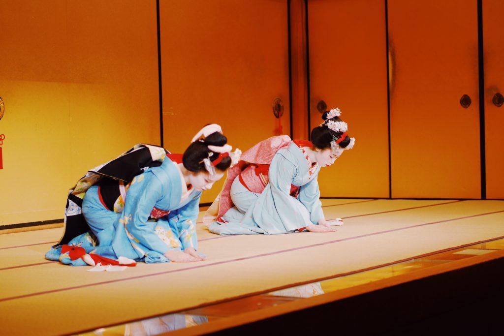អ្នកបំរើសេវាកម្ម Geisha (នារីរបាំជប៉ុន)