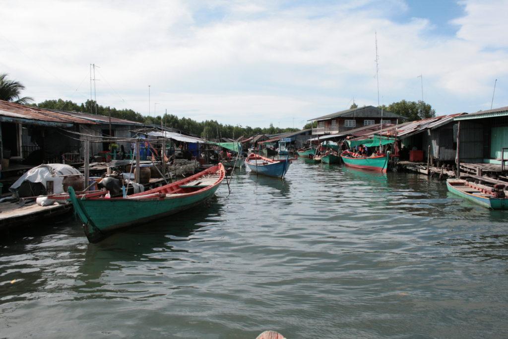 川に浮かぶ水上村